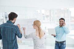 Молодая команда архитекторов работая совместно в офисе Стоковое Фото