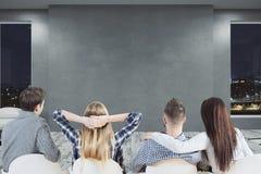 Молодая команда смотря пустую стену Стоковое Фото