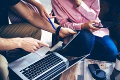 Молодая команда сотрудников анализирует встречать устройства онлайн отчета электронные Проект Businessmans Startup цифров творчес Стоковое фото RF