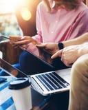 Молодая команда сотрудников анализирует встречать устройство онлайн отчета электронное Проект Businessmans Startup цифров творчес Стоковое Фото