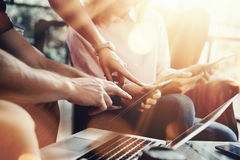 Молодая команда сотрудников анализирует устройства отчете о встречи электронные Проект маркетинга Businessmans Startup онлайн тво Стоковое Изображение