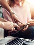 Молодая команда сотрудников анализирует устройства отчете о встречи электронные Проект маркетинга Businessmans Startup онлайн тво Стоковые Фотографии RF