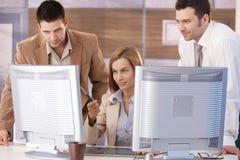 Молодая команда уча графический дизайн компьютера Стоковое Изображение