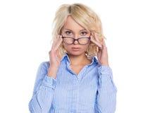Молодая коммерсантка в голубой рубашке стоковая фотография