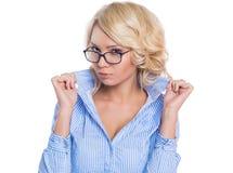 Молодая коммерсантка в голубой рубашке стоковые фото
