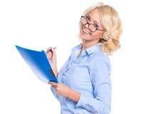 Молодая коммерсантка в голубой рубашке стоковые изображения