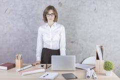 Молодая коммерсантка в офисе Стоковые Изображения RF