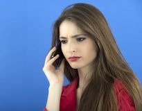 Молодая коммерсантка говоря на умном телефоне Стоковое Изображение RF