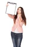 Молодая коммерсантка держа доску сзажимом для бумаги на белой предпосылке Стоковые Фотографии RF