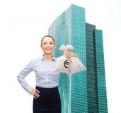Молодая коммерсантка держа сумки денег с евро Стоковое Изображение