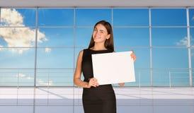 Молодая коммерсантка держа чистый лист бумаги Стоковое фото RF