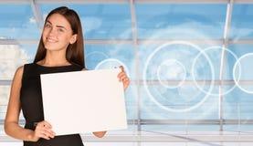 Молодая коммерсантка держа чистый лист бумаги Стоковые Фото