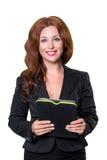 Молодая коммерсантка изолированная на белизне держа таблетку с списком задач смотря камеру и усмехаться владение домашнего ключа  Стоковые Изображения