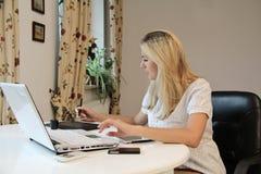 Молодая коммерсантка используя таблетку графиков Стоковое Изображение RF