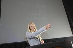 Молодая коммерсантка на конвенции дела Стоковая Фотография