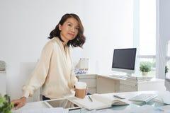 Молодая коммерсантка на офисе Стоковые Изображения