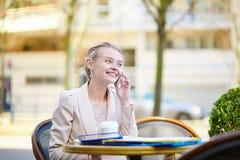 Молодая коммерсантка на перерыве на чашку кофе Стоковые Изображения