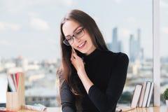 Молодая коммерсантка на телефоне Стоковое Изображение