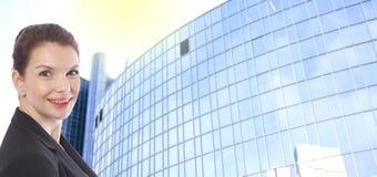 Молодая коммерсантка перед запачканной предпосылкой офисного здания Стоковые Фотографии RF