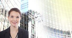 Молодая коммерсантка перед запачканной предпосылкой офисного здания Стоковое фото RF
