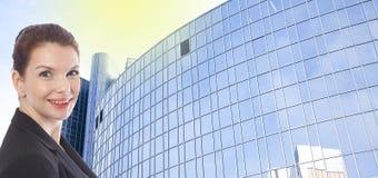 Молодая коммерсантка перед офисным зданием Стоковое Изображение RF