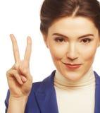 Молодая коммерсантка показывая знак i победы Стоковая Фотография