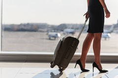 Молодая коммерсантка путешествуя на официальном путешествии Стоковая Фотография