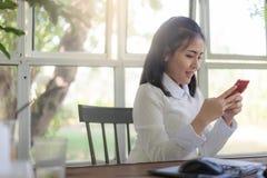 Молодая коммерсантка работая в кофейне Стоковое Изображение