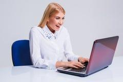 Молодая коммерсантка работая на портативном компьютере Стоковые Фотографии RF