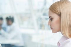 Молодая коммерсантка сидя на офисе Стоковая Фотография