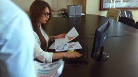 Молодая коммерсантка сокрушанная слишком много обработки документов в офисе видеоматериал