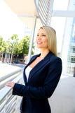 Молодая коммерсантка стоя в офисных зданиях Стоковое фото RF