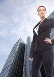 Молодая коммерсантка стоя перед офисным зданием Стоковая Фотография