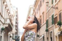 Молодая красивая азиатская женщина усмехаясь используя ur весны мобильного телефона Стоковые Фотографии RF