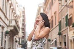 Молодая красивая азиатская женщина усмехаясь используя ur весны мобильного телефона Стоковые Фото