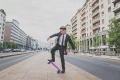 Молодая красивая азиатская модель ехать его скейтборд Стоковое Изображение