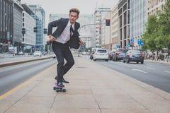 Молодая красивая азиатская модель ехать его скейтборд Стоковые Фотографии RF