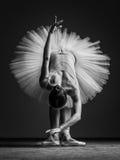 Молодая красивая балерина представляя в студии стоковые фотографии rf