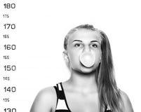 Молодая красивая белокурая жевательная резина женщины и дуя фотографии преступника пузырей Стоковые Изображения