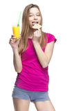 Молодая красивая белокурая женщина выпивая апельсиновый сок стоковая фотография rf