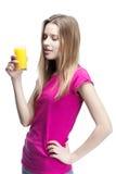 Молодая красивая белокурая женщина выпивая апельсиновый сок стоковое фото rf