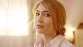 Молодая красивая белокурая женщина поворачивая головной и смотря камеру сток-видео