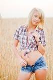 Молодая красивая блондинка в поле зерна стоковое фото rf