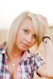 Молодая красивая блондинка в поле зерна стоковое фото