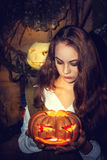 Молодая красивая ведьма в ее пещере Стоковые Фото