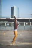 Молодая красивая воздуходувка пузыря женщины битника Стоковая Фотография