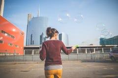 Молодая красивая воздуходувка пузыря женщины битника Стоковые Фотографии RF