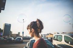 Молодая красивая воздуходувка пузыря женщины битника Стоковые Фото