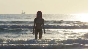 Молодая красивая влажная женщина приходя из моря акции видеоматериалы