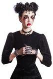 Молодая красивая готическая женщина с белыми губами кожи и красного цвета halloween Стоковая Фотография RF